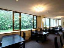1F【レストラン】外の景色をゆっくり眺めながら…。