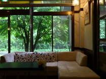 【ロビー】窓の景色を眺めながらお寛ぎください。