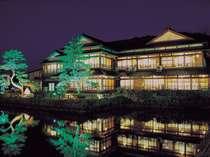 大正4年よりその面影を残す渡月庵。夜のライトアップには沢山の観光客が訪れる。