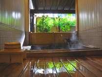 貸切風呂『湯音』には、檜のお風呂と広い内風呂がついて大人の方5名でご利用されても充分な広さ。