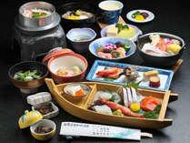 【汐(しお)会席】 日本海の旬の魚介類をお楽しみいただける当宿の基本会席です。