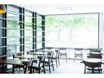 明るい空間の朝食対応ビュッフェレストラン