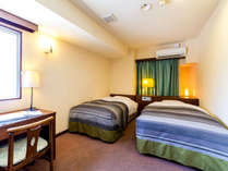 【ツインルーム】 お部屋でふたり並んでお食事も可能の 『15平米・人気の客室♪』 有線LANございます!
