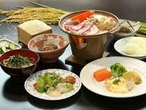 豚肉陶板焼きがメインの夕食一例。