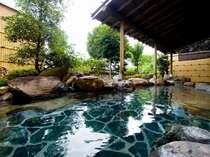 木曽川の流れを耳に湯浴みのできる露天風呂。