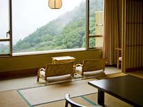 和室12.5畳美しい田園風景と夜景。秋には紅葉する山々がご覧いただけます。