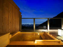 ■名月-露天風呂-■見上げるは月、見下ろすは街灯り。「贅沢無比」の絶景が広がっています