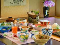 旬の食材を使った朝食。フレッシュジュースや新鮮なフルーツも。養老の朝ごはんをごゆっくりと