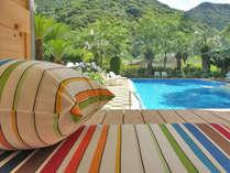 温泉利用のガーデンプール 休憩用の高床ガゼボが3棟