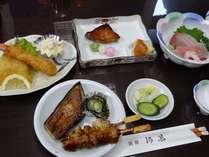 刺身、焼物、揚げ物になすの田楽などを加えたある日の夕食、日替わりでご用意しています。