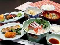 日替わり夕食の一例、刺身、焼物、なすの田楽など。福井のおいしいご飯と地元の食材を使用したお食事です。