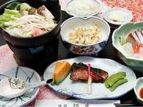 日替わり夕食の一例。地元の新鮮な魚料理を中心とした和食のお食事です。