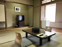 本館和室(昭和50年オ-フ°ンの昔ながらの客室です。2階は階段のご利用となります)