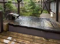 別邸鷹山(べっていようざん)の客室露天風呂。アップグレード客室の露天