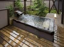 「別邸鷹山」アップグレード客室の露天風呂。デッキがありお庭を望みながら、かけ流しの湯を