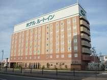 国道7号線沿いに建つホテル。酒田ICから秋田方面へ約10分、左手に見えてきます。緑の屋上看板が目印☆