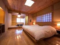 客室「ゆずり葉」の寝室部分です。使い勝手のいい和洋室です。