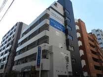 博多駅(博多口)からお越しの際は、この外観が目印です。