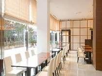 【グラスシーズンズ】大きな窓から四季の移ろいを感じる、開放感あふれる空間での朝食をお楽しみください。