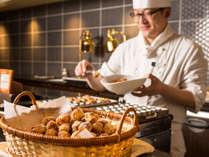 朝食会場の実演コーナーでは、焼き立てのワッフルやチュロス等を日替わりでご提供