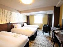 スタンダードトリプルルーム 広さ27.7平米 110cm巾のベッドを2台と90cm巾のベッドを1台設置