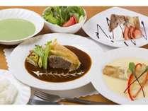 夕食のフルコースライス・スープ・サラダ・お魚・お肉・デザートとボリューム満点♪