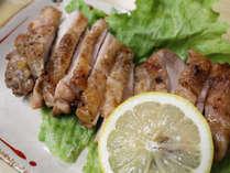 ■夕食(料理)一例/グレードアッププランのお料理では、地産の鶏肉なども提供いたします。