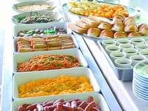 【朝食】好評の具だくさん味噌汁など和洋バイキング。(6:45~9:30閉店)