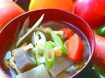 【朝食バイキング】ざく切りにした野菜がたっぷり入ったみそ汁。(6:45~9:30閉店)