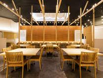 メインダイニング「遊楽」木の香りと大迫力の土壁は淡路島出身の左官職人、久住有生氏のデザイン。