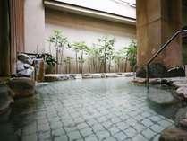 【露天風呂】塩分濃度の高いまろやかな湯は、お肌つるつる・湯上りぽかぽか。夜通しご入浴いただけます。