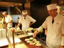 【夕食バイキング】焼きたての海鮮焼やミニステーキ等、出来立ての味をお楽しみいただけます!(料理一例)
