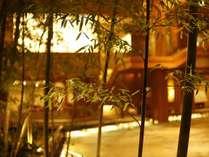 【ロビー】木の香り豊かな、解放感溢れる吹き抜けのロビー。