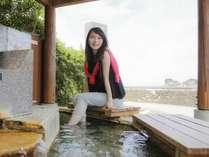 【周辺・景観】白浜のシンボル「円月島」眺めながら、足湯でのんびり