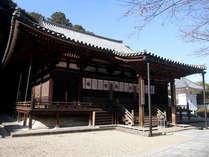 ≪本堂≫鎌倉時代に建てられた本堂は国宝に指定されています。朝の勤行等も行われます。