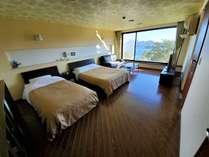 デラックスツインベッドルームです。ダブルベッド×1、シングルベッド×1です。