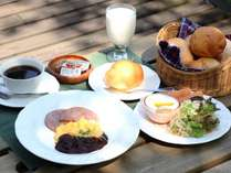 【朝食】晴れた日はサンデッキでの朝食も◎自家製の焼きたてパンで元気な朝を。