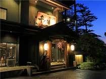 【玄関】夕暮れ時千代滝玄関。皆様のお越しをお待ちしております。