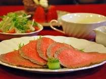夕食のメインの一例で自家製の黒毛和牛のローストビーフです。