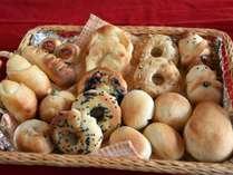 朝食は当館自慢の自家製焼き立てパンです。