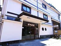 【外観】リニューアルしました♪当館は昭和30年代の木造三階建ての純和風旅館でございます。