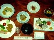 夕食の一例です。近郊の旬の食材を取り入れた和食中心です。無料で部屋食にも変更可能です