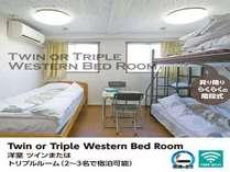 タバコOKのツインルーム洋室、2~3人宿泊可できます。廊下など共用部は禁煙です。
