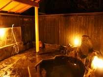 緑に囲まれた閑静な露天風呂。星空満点の中どうぞ。