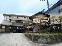 静かな山あいに佇む、日本の情緒を大切にした風雅な外観。