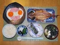 朝食(焼き魚はアジかシャケ、卵料理はハムエッグかオムレツです)