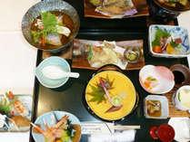 <スタンダードプラン夕食一例>季節の旬をふんだんに盛り込んだ会席コースをお召し上がりください。