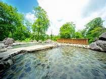 ブナの木々に囲まれた解放感溢れる露天風呂