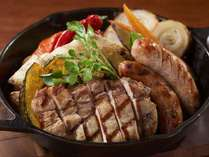 夕食イメージ。地元食材をダイナミックに料理したグリル料理