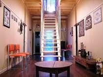 廊下?階段室?いいえ、吹き抜けロビーと呼んでます。階段を昇とワンフロアーのロフトがあります。